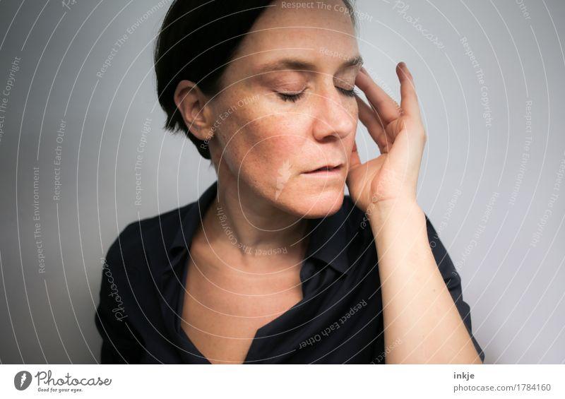 Klangfarben lauschen Lifestyle Freizeit & Hobby Frau Erwachsene Leben Gesicht Hand 1 Mensch 30-45 Jahre Musik Musik hören berühren Gefühle Stimmung Vorsicht