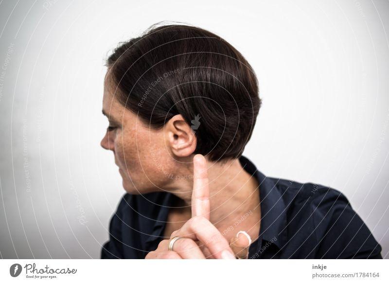 Klangfarben wahrnehmen Frau Erwachsene Gesicht Finger 1 Mensch 30-45 Jahre Musik hören einfach Gefühle Kommunizieren Sinnesorgane gestikulieren Aufhorchen