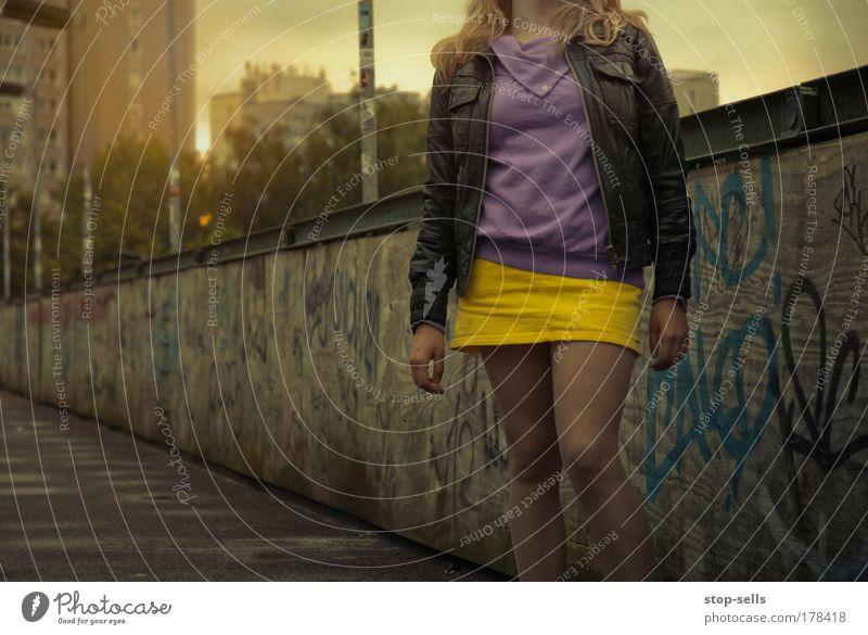 Einst haben wir die Nacht zum Tag gemacht Jugendliche schön Erwachsene gelb feminin Stil Mauer Beine Mode elegant ästhetisch Lifestyle Körperhaltung 18-30 Jahre Rock