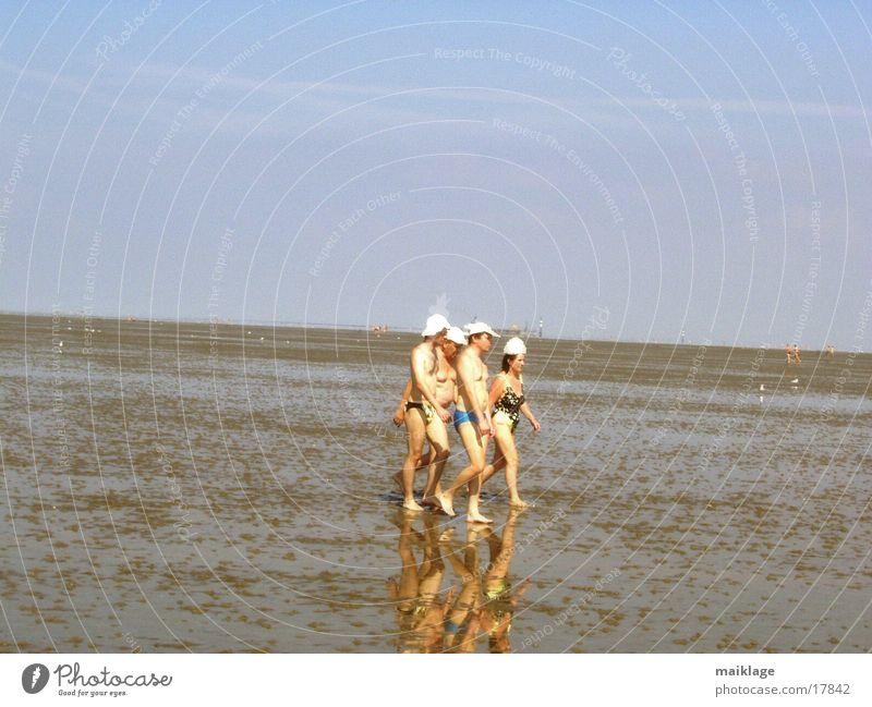 badekappe Frau Mann Sonne Meer Sommer Menschengruppe Spaziergang Mütze Wattenmeer Badehose Badeanzug Urlaubsstimmung Wattwandern