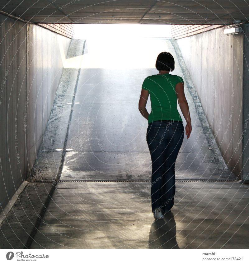 Am Ende deines Weges ist ein Licht Farbfoto Ganzkörperaufnahme Rückansicht Mensch feminin 1 Parkhaus Mauer Wand laufen bedrohlich dunkel hell grau grün Gefühle