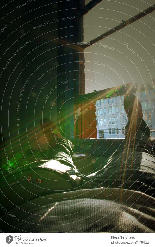 Weltenbummler. Mensch Erwachsene Erholung Freiheit Beine Stimmung Fuß liegen Pause Hose genießen Bauch Lichtstrahl Fensterblick Hotelzimmer Fensterplatz