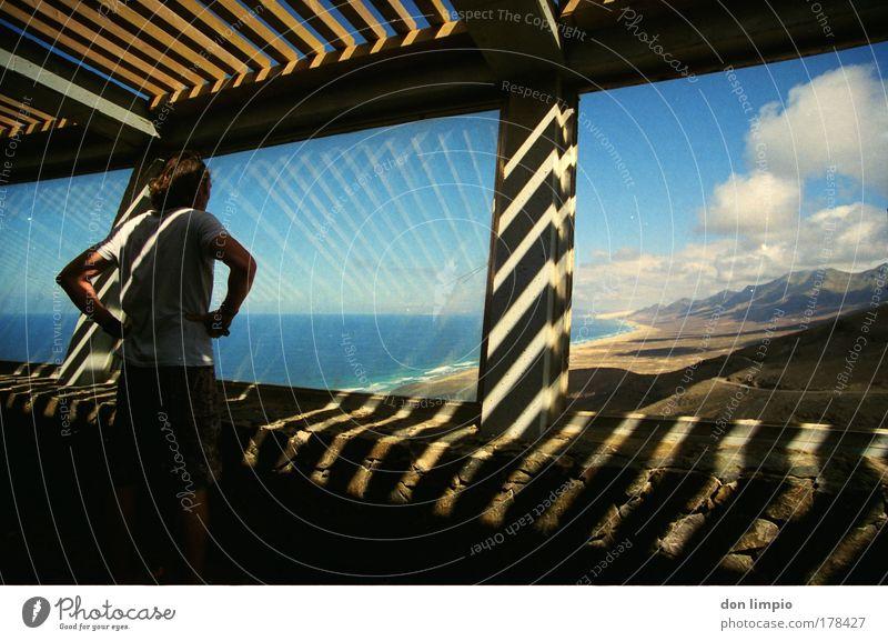 zimmer frei Mensch blau Sommer Strand Wolken Erwachsene Fenster Berge u. Gebirge Gebäude Horizont Raum Beton beobachten 18-30 Jahre Schönes Wetter Licht