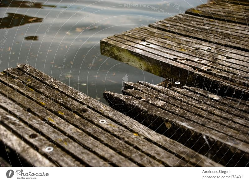 Löcher in den Weg legen Wasser alt grün dunkel grau Wege & Pfade Linie kaputt trist bedrohlich Vergänglichkeit Spitze Hafen Verfall gebrochen Steg