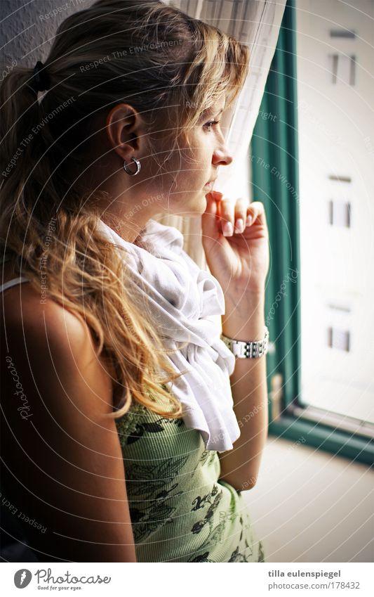 am fenster Farbfoto Innenaufnahme Blick nach unten feminin Frau Erwachsene Leben 1 Mensch 18-30 Jahre Jugendliche Fenster Zopf beobachten entdecken träumen