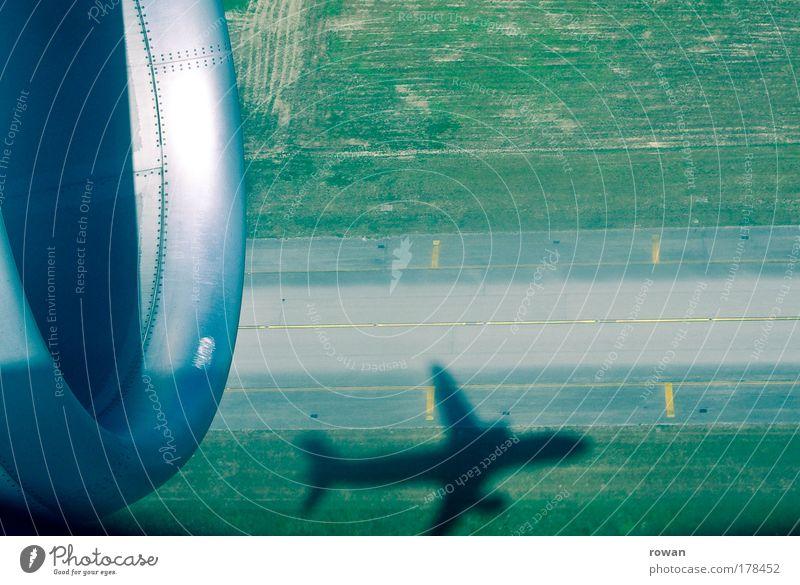 abgehoben Farbfoto Gedeckte Farben Textfreiraum rechts Textfreiraum oben Tag Schatten Luftverkehr Flugzeug Passagierflugzeug Flughafen Flugplatz Landebahn