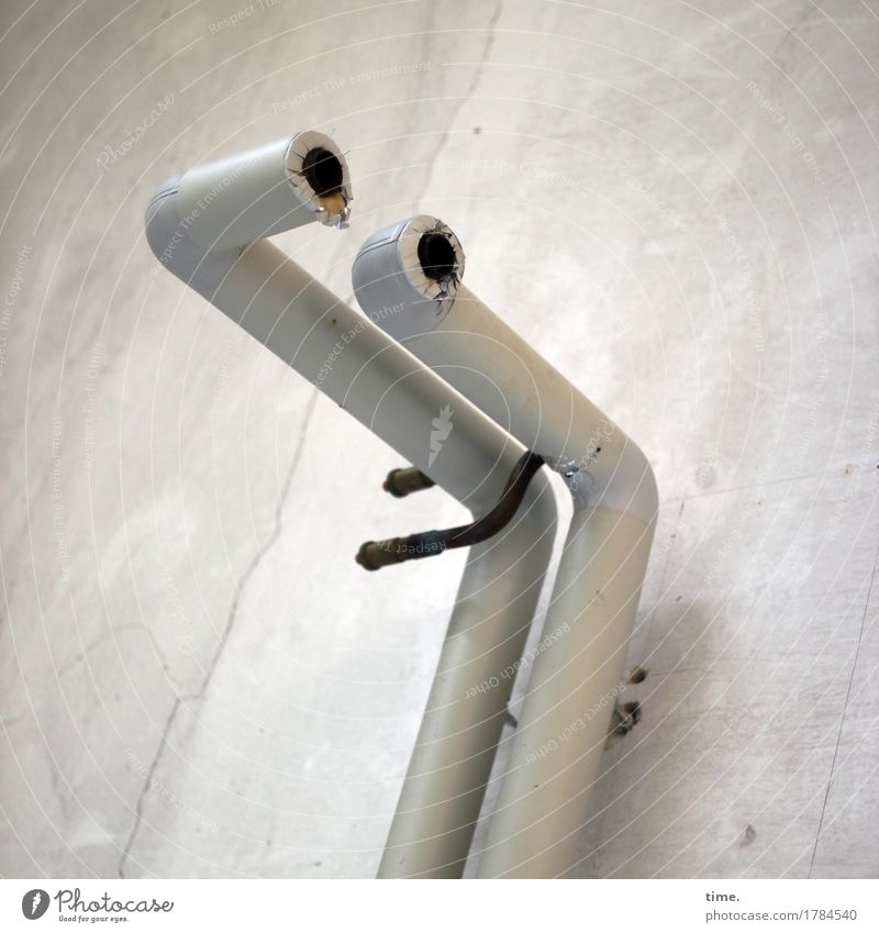 doppeldeutig | links spielt die Musik Energiewirtschaft Eisenrohr Rohrleitung Halterung Befestigung Industrieanlage Mauer Wand Stein Stahl beobachten festhalten