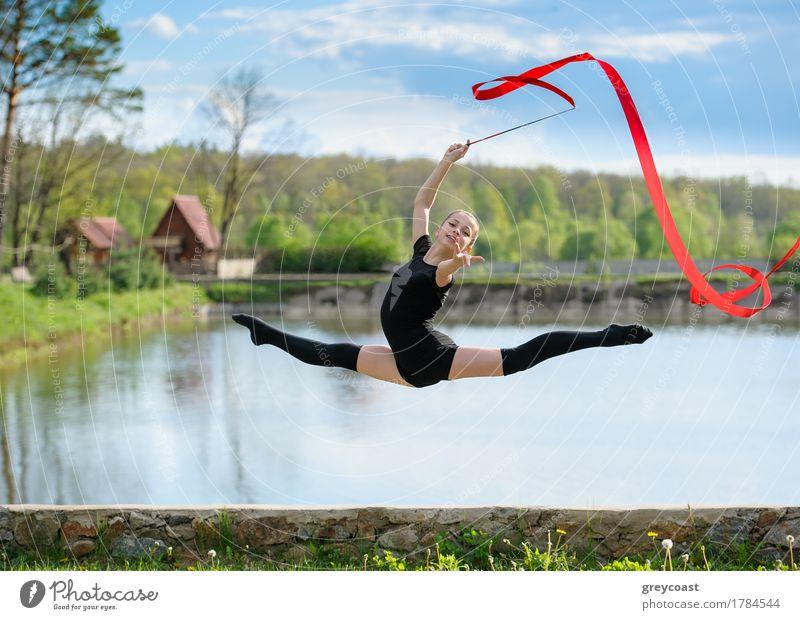 Junger Gymnast zeigt geteilten Sprung Mensch Jugendliche Sommer weiß Mädchen Sport feminin springen 13-18 Jahre Körper blond Eisenbahn Schnur sportlich Mut