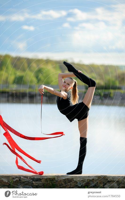 Rhythmischer Gymnast in der vertikalen Spalte mit Band Mensch Frau Jugendliche Sommer weiß Mädchen Erwachsene Sport feminin Garten Körper blond Lächeln Fitness