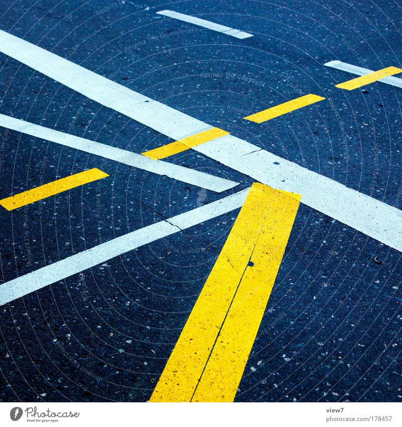 alternativ gelb Straße Wege & Pfade Stein Linie Schilder & Markierungen Beton Ordnung Design Verkehr Perspektive Streifen authentisch Baustelle Kommunizieren