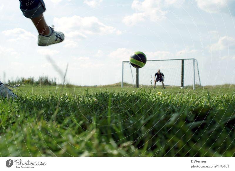 und, und, und,.... Tooooooor... :-) Freude Freizeit & Hobby Spielen Sport Ballsport Torwart Fußball Fußballplatz Mensch maskulin Beine 2 Gras Wiese Schuhe