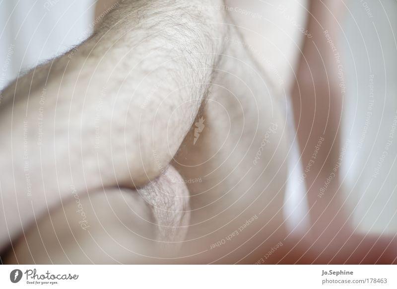Verschlossenheit maskulin Junger Mann Jugendliche Körper Beine 1 Mensch 18-30 Jahre Erwachsene sitzen warten nackt natürlich Einsamkeit Scham Hemmung unschuldig