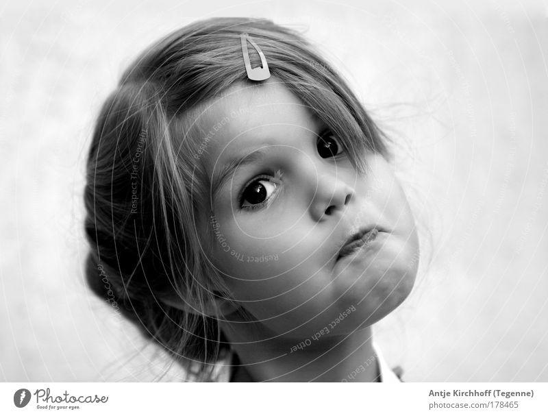 Kleines Hexchen ;O) Kind schön Mädchen Freude Leben Gefühle Kopf Porträt lustig Kindheit Schwarzweißfoto Fröhlichkeit außergewöhnlich verrückt niedlich Neugier