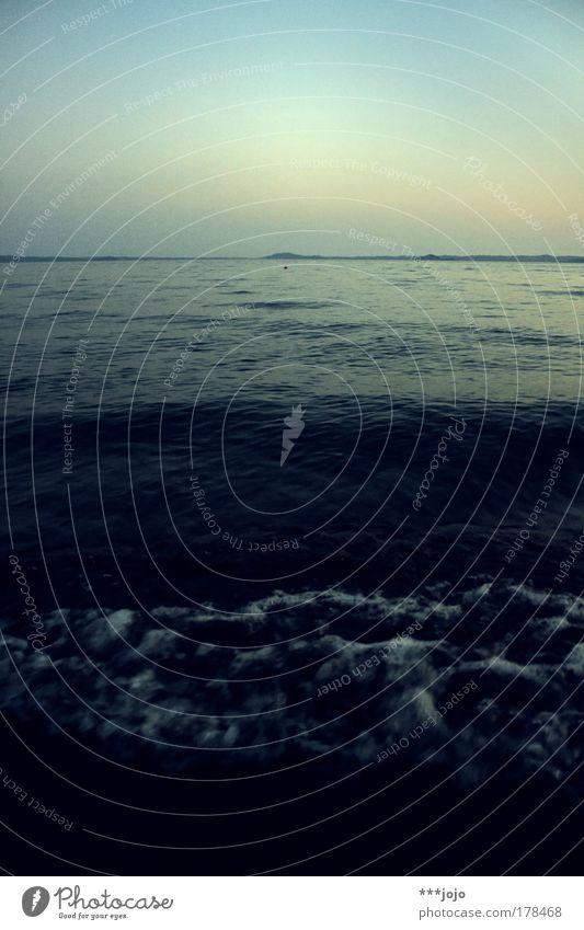 borbottamento blu. Natur Wasser Himmel blau Ferien & Urlaub & Reisen ruhig Bewegung See Landschaft Wellen Küste Horizont bedrohlich Italien Hügel Flüssigkeit