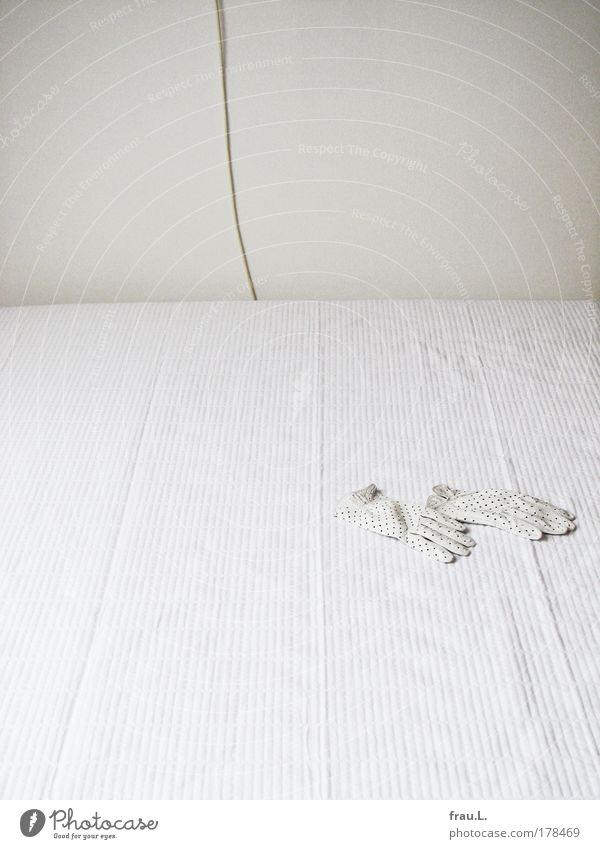 verloren weiß hell trist Kabel Bett einfach Leder vergessen verlieren Schlafzimmer Handschuhe Bildausschnitt Accessoire Bettdecke zudecken Erbe