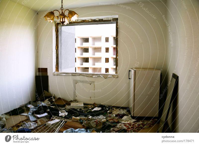 Messie Einsamkeit Fenster Leben Traurigkeit träumen Innenarchitektur Raum Wohnung Häusliches Leben Perspektive Dekoration & Verzierung Wandel & Veränderung einzigartig Vergänglichkeit Ende Umzug (Wohnungswechsel)