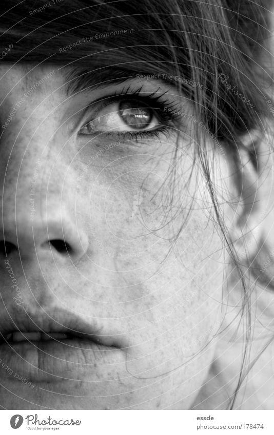 nicht fair Schwarzweißfoto Nahaufnahme Vorderansicht Blick nach oben Gesicht feminin Junge Frau Jugendliche Haare & Frisuren Auge Nase Mund 18-30 Jahre
