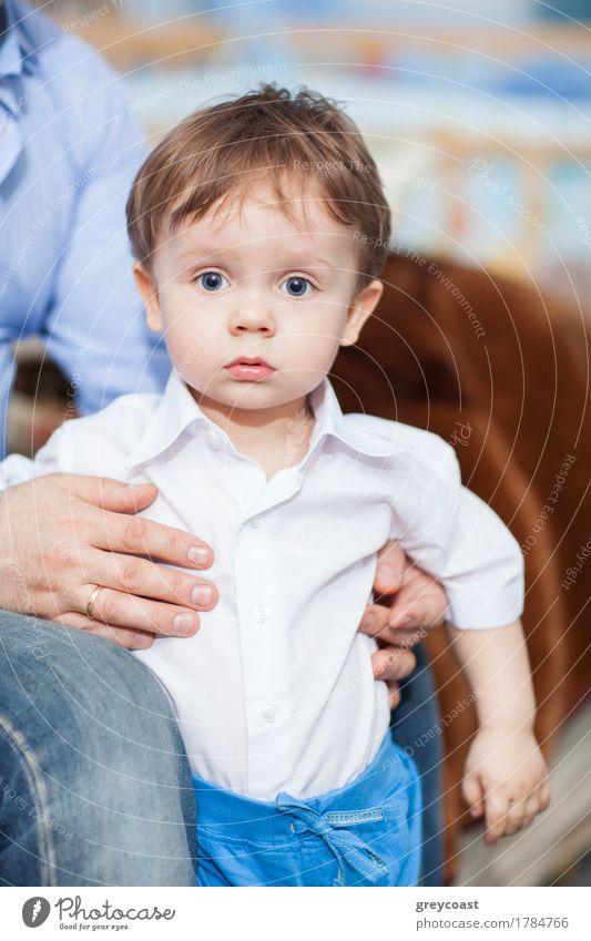 Erstaunter kleiner Junge Mensch Kind Mann blau weiß Hand Gesicht Erwachsene Gefühle Denken Kindheit stehen niedlich Hose