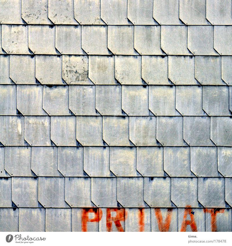 Veröffentlichung rot Haus grau Schriftzeichen Dach Buchstaben Schutz Anordnung gemalt parallel Wetterschutz Dachziegel Schutzdach befestigen angeordnet Schiefer