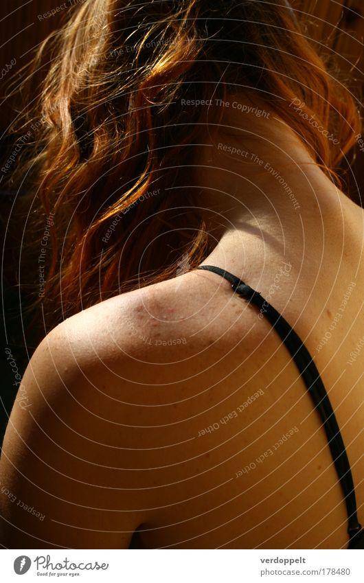 Mensch Frau schön Einsamkeit Erwachsene feminin Kopf Haare & Frisuren Traurigkeit träumen Stimmung Rücken warten Haut natürlich Locken