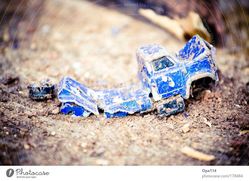 Damaged weiß blau schwarz Spielen Tod Traurigkeit braun Metall Angst Trauer gefährlich fahren kaputt Lastwagen festhalten Verzweiflung