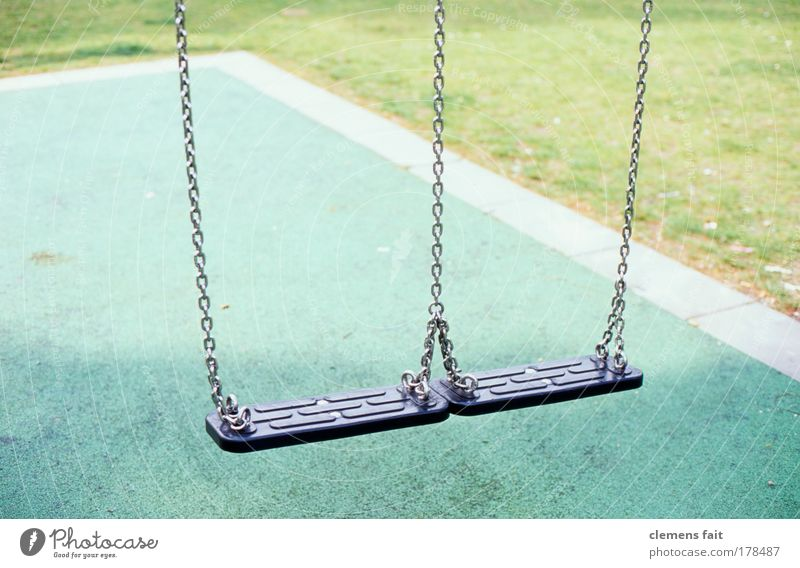 Spielplatz grün ruhig schwarz Rasen Kindheit Kette Schaukel schaukeln
