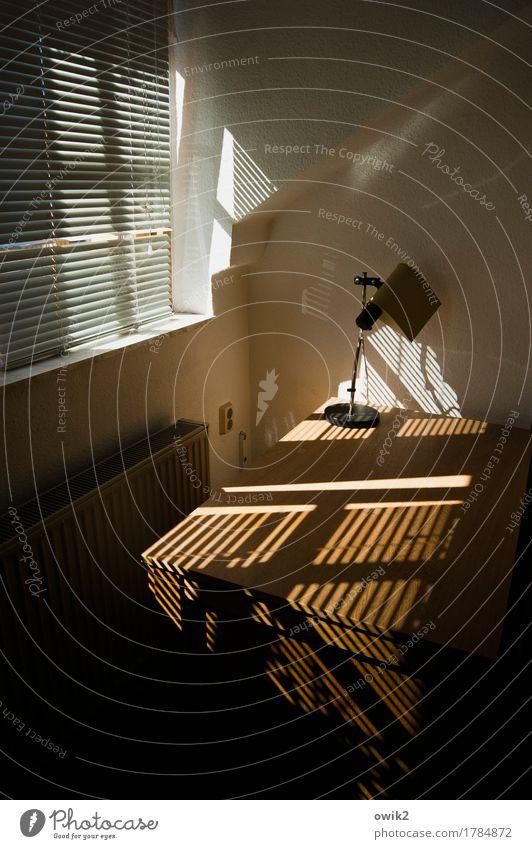 Büroalltag Einsamkeit Fenster Wand Holz Mauer leuchten Idylle geschlossen Schreibtisch Tapete Steckdose Lichteinfall Lamellenjalousie Jalousie Raufasertapete
