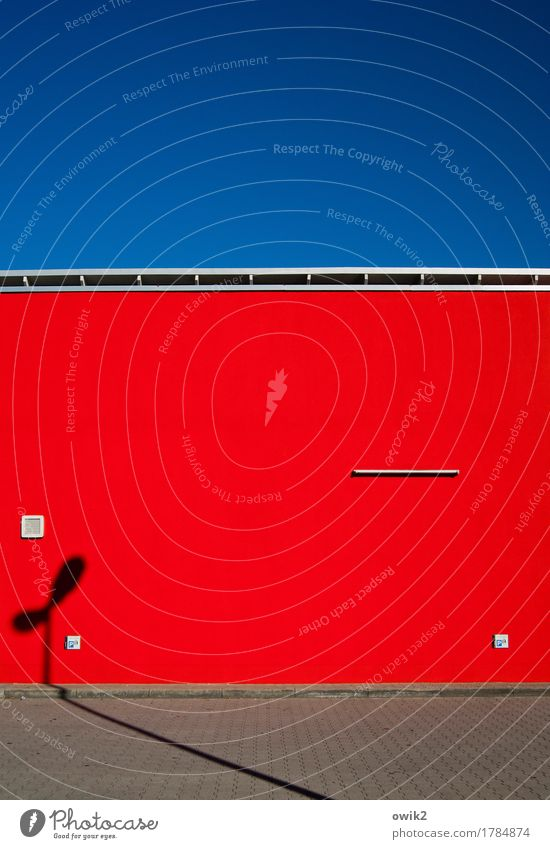 Rot Front blau rot Wand Gebäude Mauer grau Bauwerk Wolkenloser Himmel Supermarkt grell
