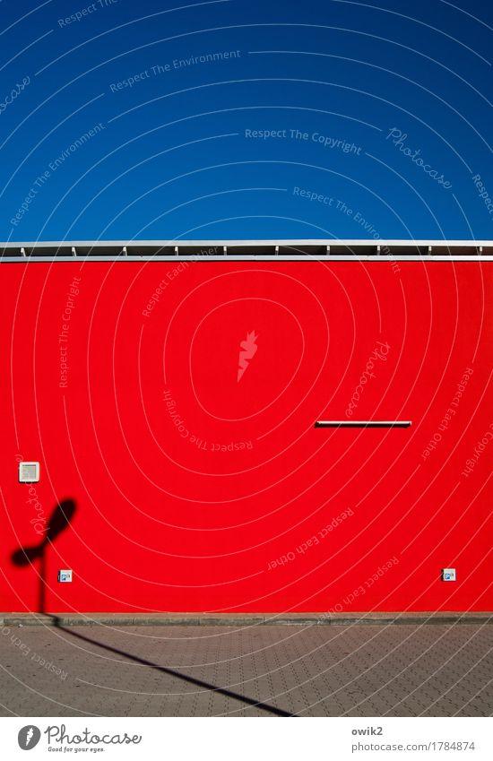 Rot Front Stadtzentrum Haus Bauwerk Gebäude Supermarkt Mauer Wand Fassade Straßenbeleuchtung Laternenpfahl eckig einfach blau grau rot grell Wolkenloser Himmel