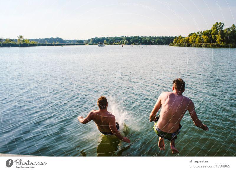 Zwei junge Männer springen ins Wasser Freude sportlich Fitness Wohlgefühl Ferien & Urlaub & Reisen Abenteuer Sommer Sonne Sport Sport-Training Schwimmen & Baden