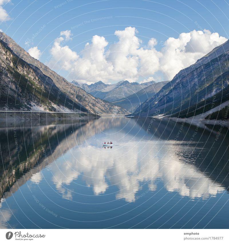 See in den Hochalpen mit Boot, kaltem Wasser und Spiegelungen von blauem Himmel und Wolken schön Ferien & Urlaub & Reisen Tourismus Sommer Berge u. Gebirge