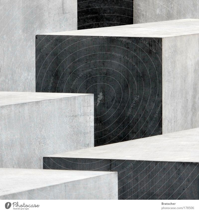 Gemeinsam einsam. Schwarzweißfoto Menschenleer Architektur Mauer Wand Denkmal Holocaustgedenkstätte Beton Zeichen Linie Netzwerk Gefühle Stimmung Kraft