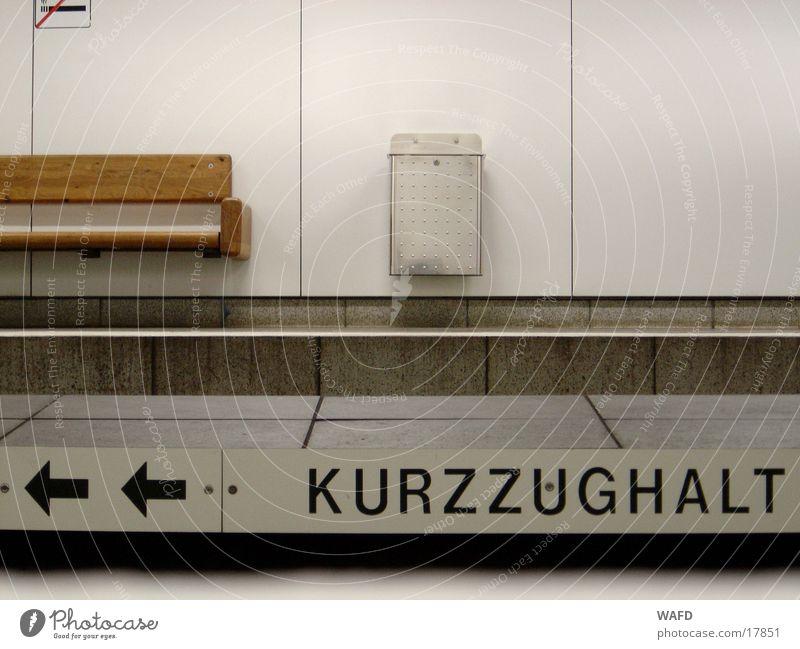 Kurzzug Verkehr Eisenbahn Bank Pfeil Tunnel U-Bahn Müllbehälter Untergrund Piktogramm