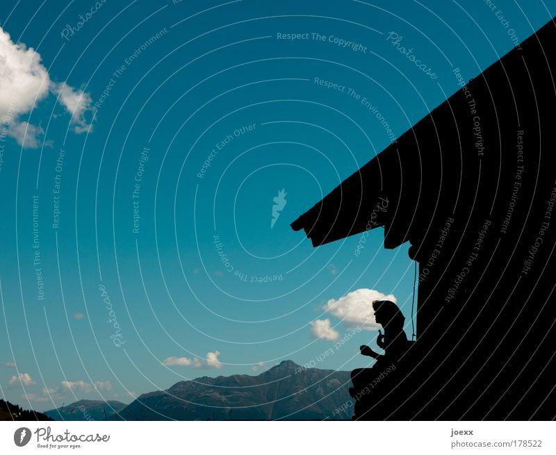 Bergglück Mensch Frau blau Ferien & Urlaub & Reisen Hand Sommer ruhig Haus Erwachsene Berge u. Gebirge Freiheit Glück Denken Zufriedenheit Kraft wandern