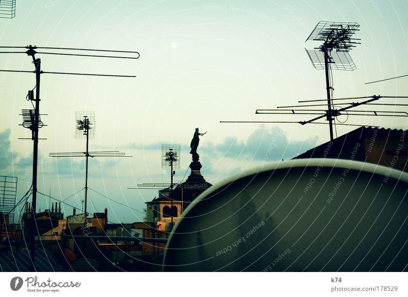 La Mercè alt Stadt Haus Medien Architektur Kirche Dach Schutz Skulptur Figur Antenne Fernsehen schauen Fernsehen Satellitenantenne