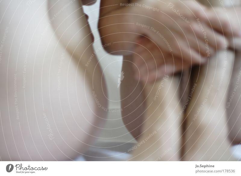 Schweigen Mensch Jugendliche Hand Einsamkeit Erwachsene nackt Junge Frau feminin Junger Mann 18-30 Jahre Beine Fuß Körper maskulin sitzen warten
