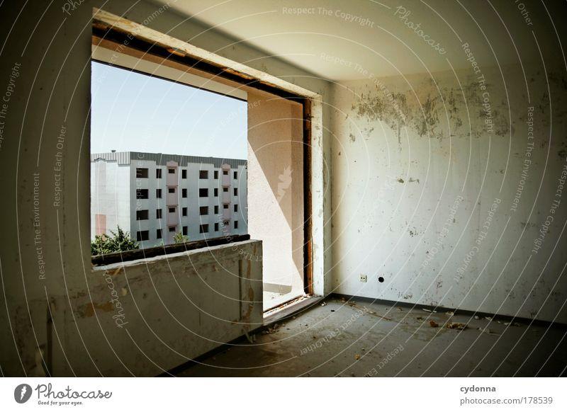 Nachbarschaftsstreit: Funkstille ruhig Einsamkeit Leben Wand Tod Fenster Traurigkeit Mauer Architektur Wohnung Ende Wandel & Veränderung Häusliches Leben Vergänglichkeit einzigartig Umzug (Wohnungswechsel)