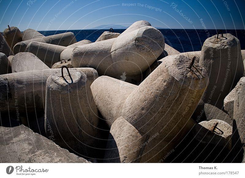 Wellenbrecher Wasser Meer blau grau Stein Kraft Küste Beton Sicherheit Macht gefährlich Schutz Hafen Urelemente Schifffahrt