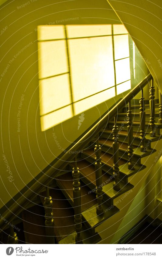 Treppenhaus Haus Fenster Holz Gebäude Niveau Klettern aufwärts Geländer Karriere abwärts Treppengeländer aufsteigen Mieter