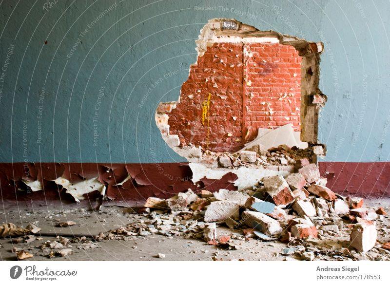 Durchbruch alt blau rot Wand Gebäude Stein Mauer braun dreckig Beginn frei wild kaputt Vergänglichkeit Bauwerk Zeichen