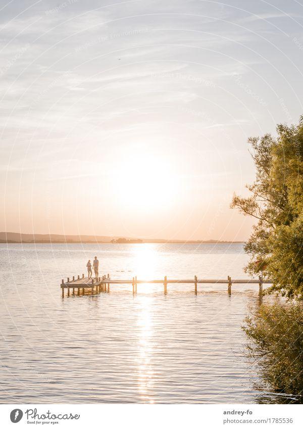 Sonnenuntergang maskulin feminin 2 Mensch Wasser Himmel Wolkenloser Himmel Horizont Sonnenaufgang Sonnenlicht Sommer Schönes Wetter Küste Seeufer Flussufer
