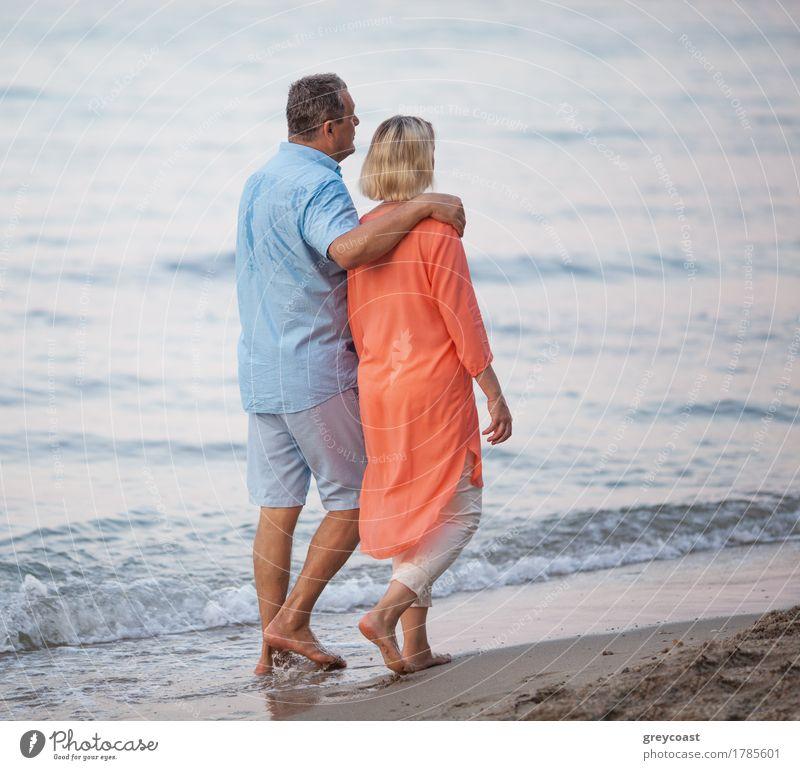 Ältere Paare, die barfuß gehen, gehen an der Küste Mensch Frau Ferien & Urlaub & Reisen Mann Sommer Meer Erholung ruhig Strand Erwachsene Liebe Gefühle
