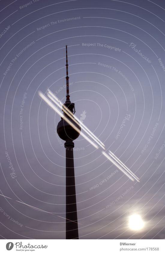 gestreifter Riese Himmel Wolken Berlin Gebäude Kraft Architektur Turm Nachthimmel leuchten Bauwerk Fernsehturm Bekanntheit Alexanderplatz Deutschland