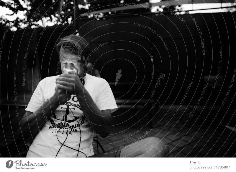 Zigarette Mensch maskulin Mann Erwachsene Körper Hand 1 30-45 Jahre Berlin Hauptstadt Stadtzentrum Altstadt Sucht Biergarten Anker Schwarzweißfoto Außenaufnahme