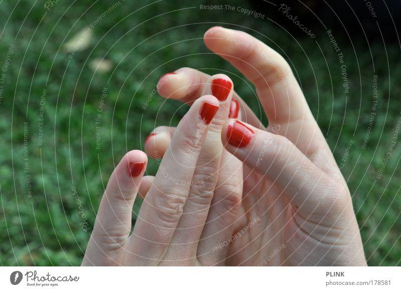 spiderwoman Hand Jugendliche schön grün Pflanze rot feminin Gras Frau Haut Erwachsene Finger liegen berühren trashig Junge Frau