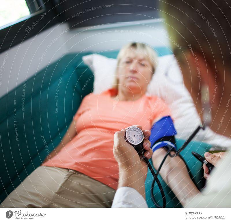 Überprüfen Sie den Blutdruck Mensch Frau Mann Erwachsene Gesundheitswesen Wohnung blond 45-60 Jahre Krankheit Vertrauen Medikament Sofa Arzt brünett heimwärts