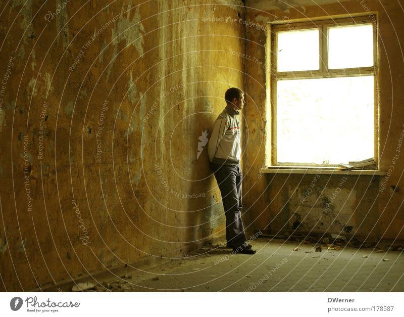 warten... Mensch Jugendliche ruhig Erwachsene Haus Ferne Fenster Wand Gefühle Mauer warten Innenarchitektur maskulin Armut stehen Coolness