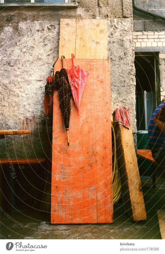 Kirchweih Mann Sommer rot Erwachsene gelb Wand Leben Holz Mauer grau Feste & Feiern Zusammensein Regen dreckig Rücken Armut