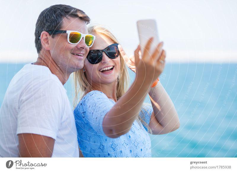 Glückliches Sommer-Selfie von jungen Paaren in der Sonnenbrille Mensch Ferien & Urlaub & Reisen Jugendliche Junge Frau Meer Junger Mann 18-30 Jahre Erwachsene