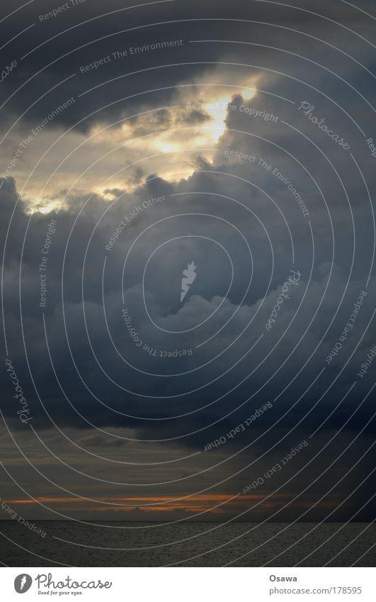 Wetter Wolken Regen dunkel bedrohlich Himmel Himmel (Jenseits) Sonne blau grau schwarz schlechtes Wetter Wasser Meer See Wellengang Ostsee Nordsee Hochformat